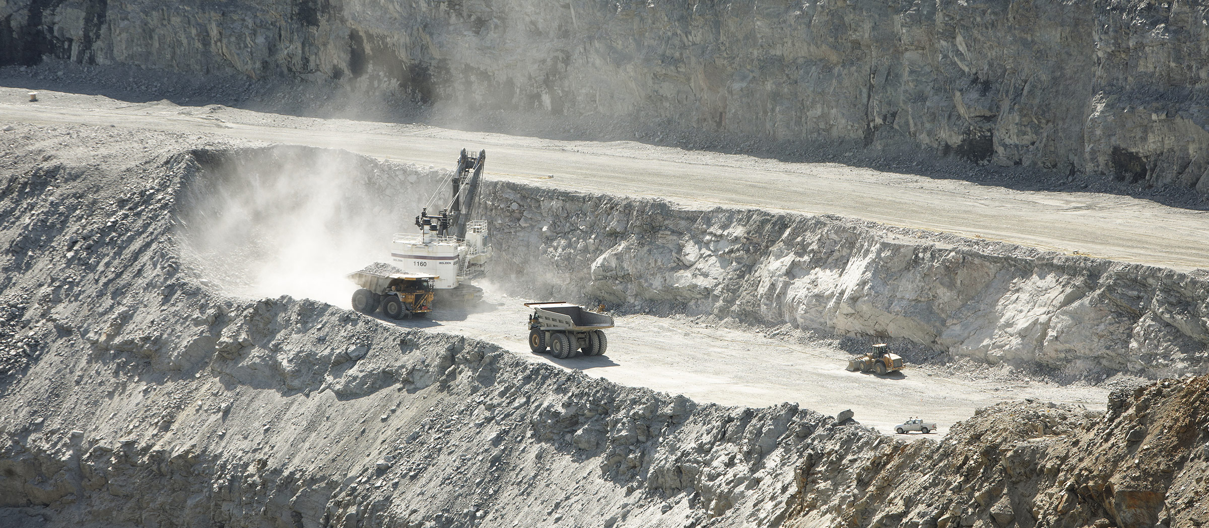 Open pit mining (photo)